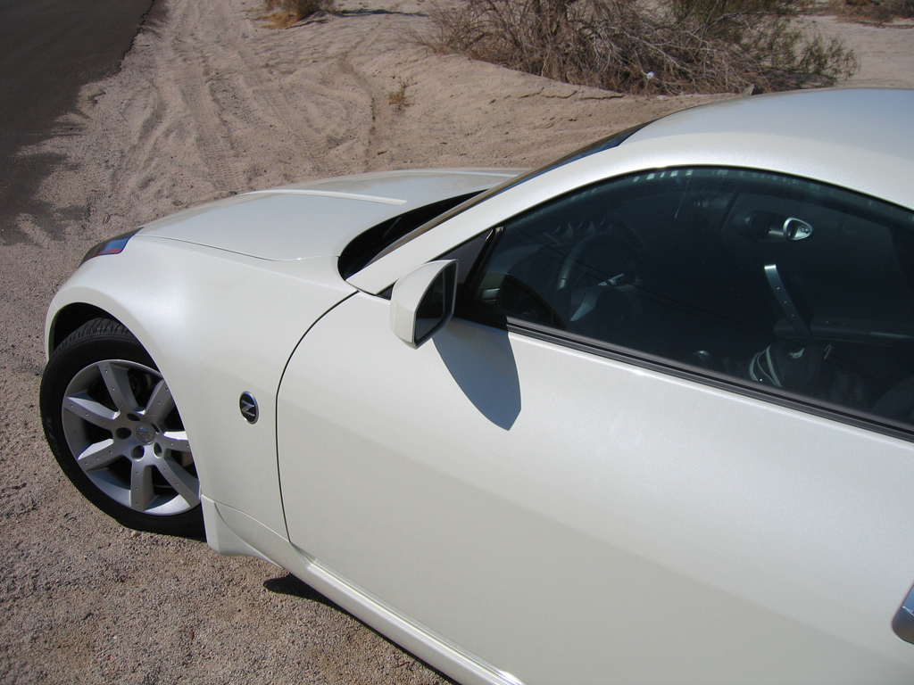 close up of pearl white 350z