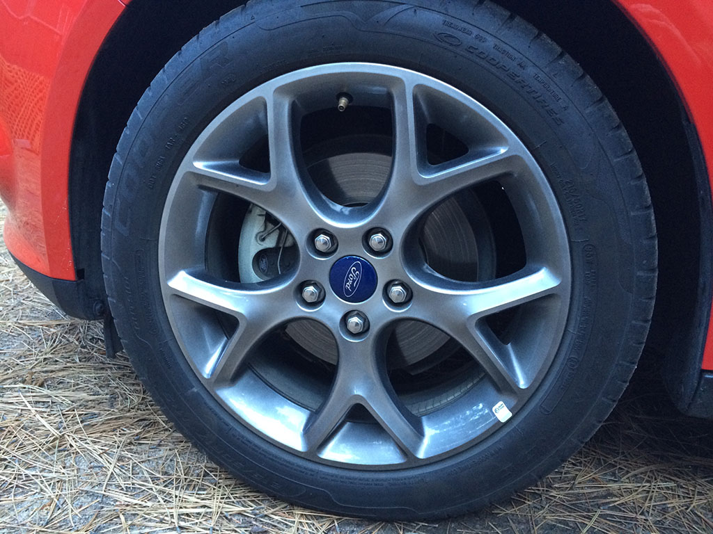 """gray 17"""" wheels on this Ford Focus SE"""